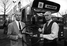 1994-2293 Als steunpunt bij allerlei Opzoomer-activiteiten schenkt direkteur Houwer een RET-bus aan wethouder Herman Meijer.