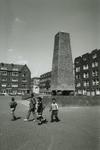 1994-536 De Obelisk op een pleintje in de Marnixstraat.