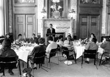 1995-1081 Wethouder Hans den Oudendammer spreekt tijdens een lunch in het Stadhuis een aantal vrouwen toe,waaronder 5 ...