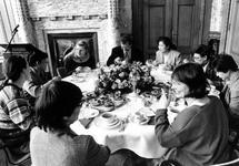 1995-1082 Internationale Vrouwendag, Wethouder den Oudendammer spreekt tijdens een lunch in het Stadhuis een aantal ...