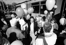 1995-1084 Opening Ouderhuis Sophia Kinderziekenhuis, De eerste ouders komen per tram aan, om daarna het laatste stukje ...