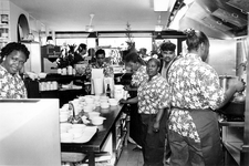 1995-1092 In de Peperklip heeft het bureau Nieuwe Banen, Rotterdam Werkt (NBRW) een centrale keuken ingericht waar ...