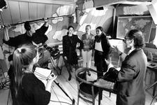 1995-1098 Filmopnames van Pim de la Parra, Een filmcrew is bezig onder leiding van de cineast Pim de la Parra met de ...