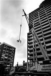 1995-1257 Anti-diefstal methode: bouwvakkers die aan het nieuwe gebouw van Credit-Lyonnais werken hebben een ideale ...