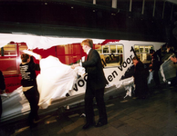 1995-1521 Prins geeft startsein., Z.K.H. prins Willem-Alexander geeft op perron 13 van het Centraal Station het ...