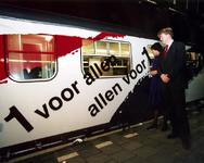 1995-1522 Prins geeft startsein., Z.K.H. prins Willem-Alexander geeft op perron 13 van het Centraal Station het ...