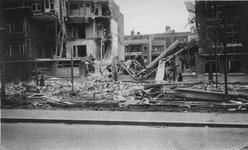 1995-484-10 Door het Duitse bombardement van 14 mei 1940 getroffen huizen aan De Savornin Lohmanlaan nrs. 122-126.