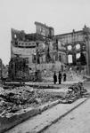 1995-484-7 Gezicht op de Botersloot met de achterzijde van het verwoeste stadhuis aan de Kaasmarkt, als gevolg van het ...
