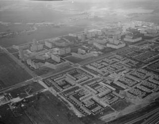 1996-1365 Overzicht van de wijk Ommoord. Op de achtergrond de Rotte. Van links naar rechts de President Rooseveltweg.