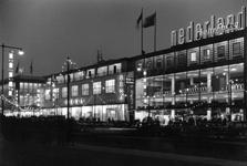 1997-1017 Gezicht op het Beursplein bij avond.