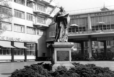 1997-1026 De Coolsingel met het standbeeld van Erasmus bij het Erasmus restaurant en Erasmushuis oftewel HBU-gebouw.