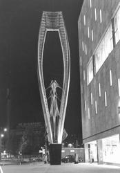 1997-1339-TM-1341 Sculptuur/metaalplastiek vervaardigd door beeldhouwer Naum Gabo staande voor warenhuis de Bijenkorf ...