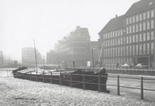 1997-1400 Het Haagseveer met rechts het hoofdbureau van politie en de Delftsevaart, gezien vanaf de met sneeuw bedekte ...