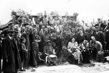 1997-1725 Een huwelijk tussen het puin van getroffen panden, aanwezig o.a. puinruimers, Als gevolg van het Duitse ...