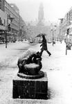 1997-1822 Op de voorgrond de Lijnbaan en het Stadhuisplein uit westelijke richting gezien. Met het beeldhouwwerk ...