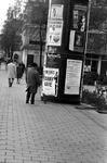 1997-1850 In de Van Oldenbarneveltstraat. Uit oostelijke richting gezien. Ter hoogte van de Jan Evertsenplaats. Met een ...