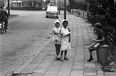 1997-1857 In Hillegersberg spelen kinderen in een zijstraat van de Straatweg.
