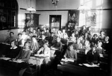 1997-776-TM-806 Schoolklassen uit de jaren '20 van Lagere school, nr. 204 aan de Albregt Engelmanstraat 17b, met als ...