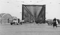 1997-982 Gezicht op de Willemsbrug en de spoorbrug.
