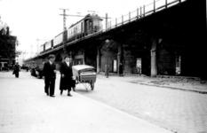 1998-1006 Gezicht op de door het Duitse bombardement van 14 mei 1940 getroffen Binnenrotte. Het proefrijden met de ...