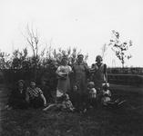 1998-1060 Een aantal vrouwen en kinderen poseert voor de fotograaf op volkstuincomplex Blijdorp aan de Zestienhovensekade.