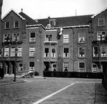 1998-1063 Schilders aan het werk in de Bellamystraat ter hoogte van de kruising Aagje Dekenstraat/Van Alphenstraat.