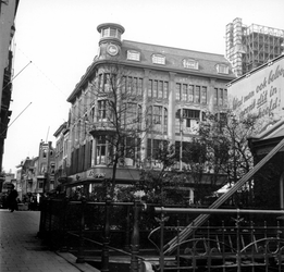 1998-1093 De Vlasmarkt aan de Hoogstraat. Links het Spui.