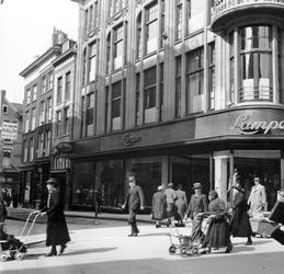 1998-1094 De Hoogstraat met op de hoek met het Spui modehuis Gebr. Lampe in dames- en herenkleding.