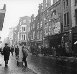 1998-1095 De Hoogstraat met bioscoop Asta rechts.