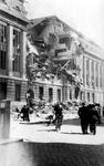 1998-1244 Gezicht in de door het Duitse bombardement van 14 mei 1940 getroffen Meent. Opname van een bominslag in het ...