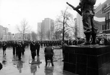 1998-618 Herdenking Korps Mariniers, In de stromende regen heeft burgemeester Peper een krans gelegd bij het ...