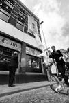 1998-654 Opening Kunst & Kids, Op de hoek van de Benthuizerstraat en Vinkenstraat wordt een kinderkunstwerk onthuld, ...