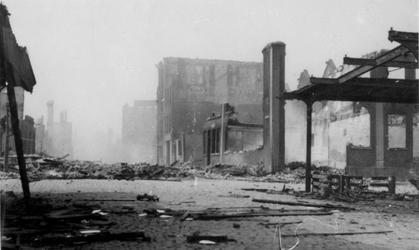 1998-929 Gezicht op de door het Duitse bombardement van 14 mei 1940 getrofffen Hugo de Grootstraat. Restanten van ...