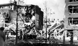 1998-933 Gezicht op de door het Duitse bombardement van 14 mei 1940 getroffen huizen met nrs. 122-126 aan De Savornin ...