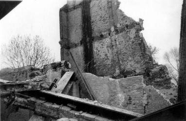 1998-972 Gezicht op de door het Duitse bombardement van 14 mei 1940 getrofffen Hugo de Grootstraat. Restanten van de ...