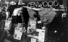 2000-1054-17 De kerstetalage van een winkel van electrische apparaten.