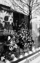 2000-1054-19 De kerstetalage van de Bijenkorf in de Van Oldenbarneveltstraat. Gespiegeld: het kantoorgebouw van ...