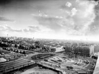 2000-42 Gezicht op het Stationsplein rechts op de voorgrond, met op de achtergrond links het westelijk deel van ...