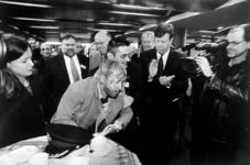 2000-474 Burgemeester Ivo Opstelten start op metrostation Stadhuis aan de Coolsingel de publiciteitscampagne Meld Geweld.