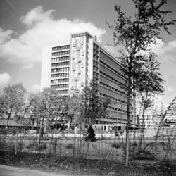 2000-48 Gezicht op het Delftseplein met het Stationspostkantoor vanuit westelijke richting..