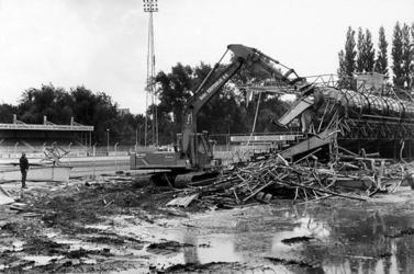 2000-484 Er wordt een begin gemaakt met de sloop van de hoofdtribune van voetbalvereniging Excelsior op het complex ...
