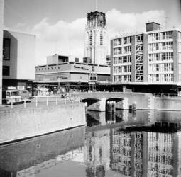2000-49 Doorkijkje naar de Hoogstraat met warenhuis Galeries Modernes bij de Vlasmarkt. Op de achtergrond de ...