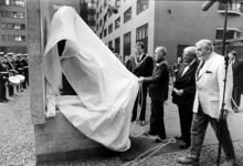 2000-496 29 oktober 1999Prins Bernhard onthult op het Wilhelminaplein een standbeeld van koningin Wilhelmina gemaakt ...