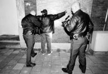 2000-500 26 november 1999De politie controleert iedereen in de Millinxbuurt op het bezit van wapens.Op de foto wordt ...
