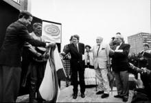 2000-516 17 april 1998Peter Pincoffs, de achter-achterkleinzoon van Lodewijk Pincoffs, onthult bij het Poortgebouw aan ...