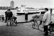 2000-597 De Nieuwe Waterweg met het veer Vlaardingen-Pernis.