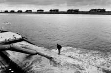 2000-602 Binnenvaartschip wordt geladen met zand in de Nieuwe Waterweg ter hoogte van de Europoort.