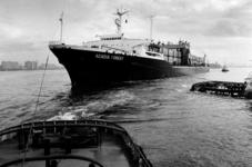 2000-609 Het slepen van het containerschip de Acadia Forest' op de Nieuwe Waterweg, gezien van een van de sleepboten.
