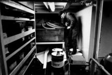 2000-634 Lid van de Douane, de z.g. 'zwarte bende', controleert zeeschip op drank en drugs.
