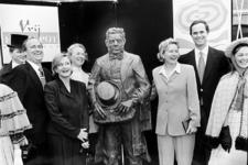2000-671 De achter-achterkleinzoon van Lodewijks Pincoffs, Peter Pincoffs (tweede van rechts), poseert bij het ...